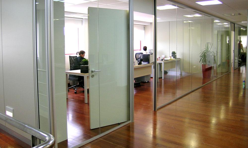 Mamparas de oficina con puerta de madera